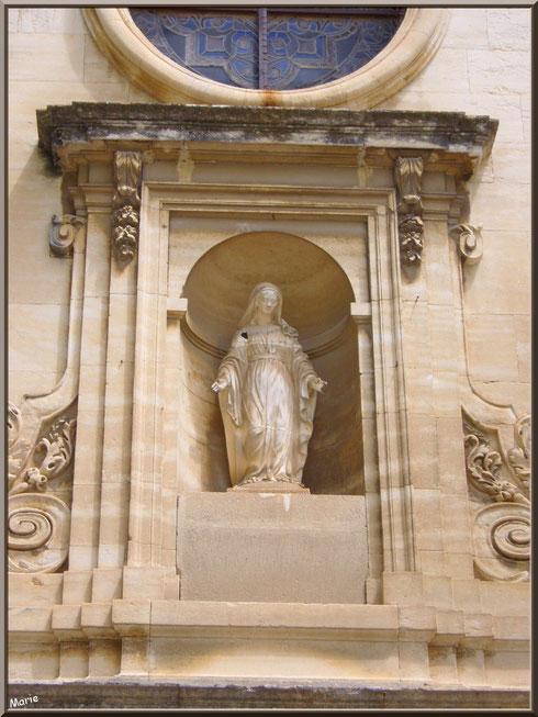 La Vierge au-dessus de l'entrée de la chapelle du monastère de Saint Paul de Mausole à Saint Rémy de Provence (Alpilles - 13)