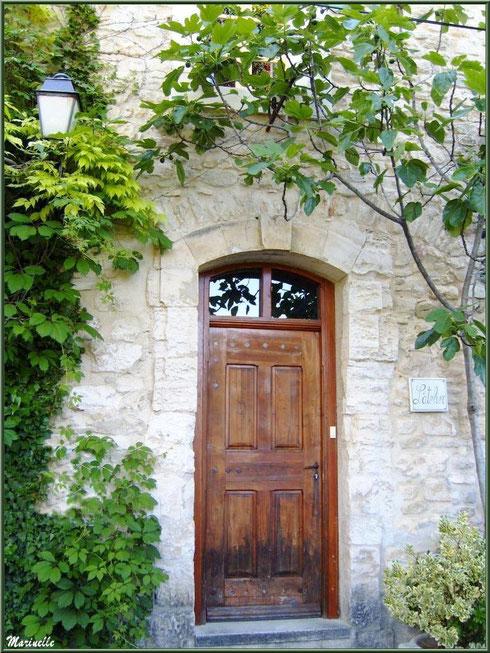 Pas de porte verdoyant dans le village de Le Beaucet, Lubéron (84)