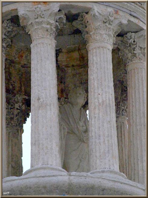 Les statues en haut du dôme du Mausolée des Jules aux Antiques à Saint Rémy de Provence, Alpilles (13)