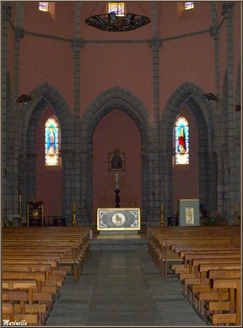 L'église Saint Pierre de Laruns, Vallée d'Ossau (64) : allée centrale et autel