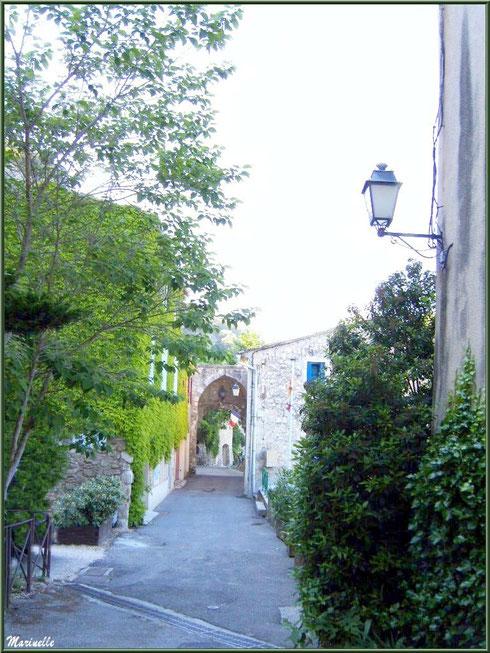Ruelle verdoyante menant à la Mairie dans le village de Le Beaucet, Lubéron (84)
