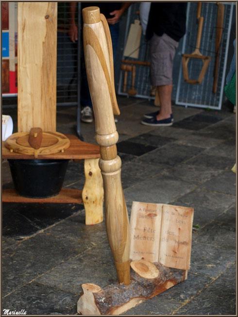 Stylo géant scuplté dans le bois, exposition bois sous la halle municipale, Fête au Fromage, Hera deu Hromatge, à Laruns en Vallée d'Ossau (64)