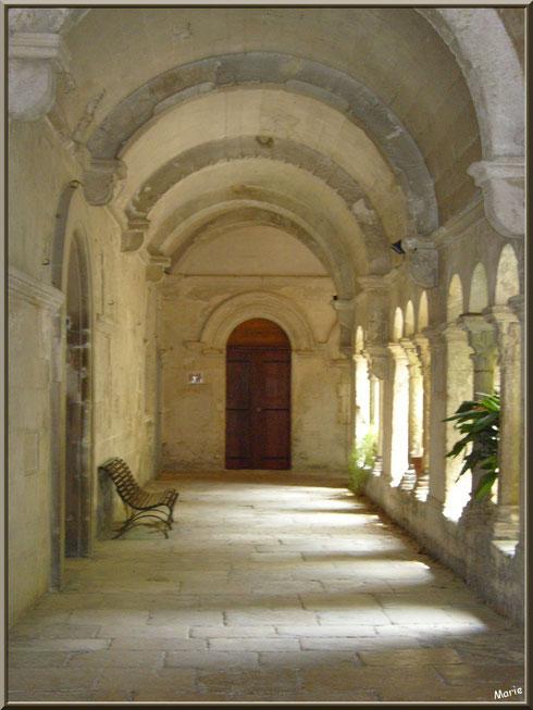 Couloir du cloître au monastère de Saint Paul de Mausole à Saint Rémy de Provence (Alpilles - 13)