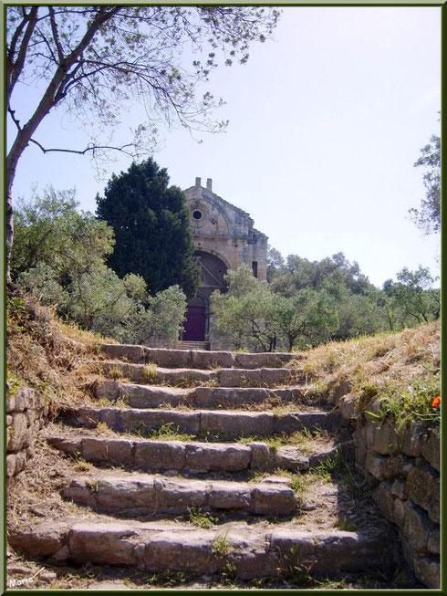 La chapelle Saint Gabriel à Saint Etienne du Grès dans les Alpilles (Bouches du Rhône) : les premiers escaliers à gravir