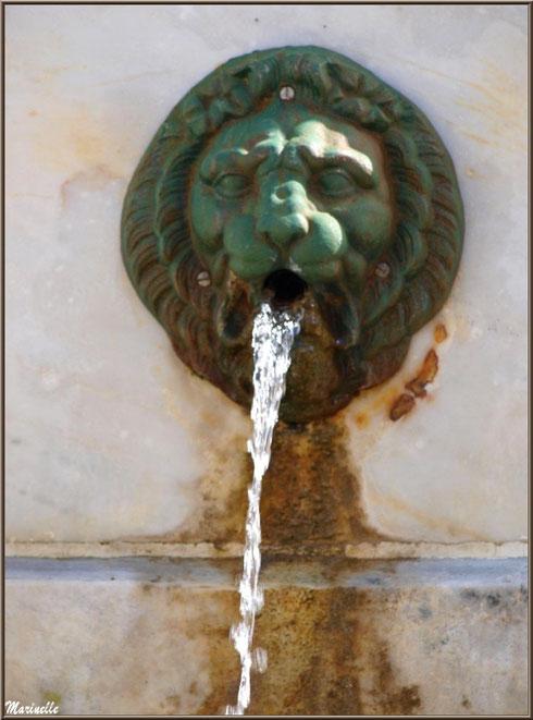 Et coule l'eau à la fontaine au centre du village de Laruns, Vallée d'Ossau (64)