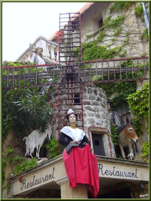"""Personnages des """"Lettres de mon moulin"""" en décoration extérieure d'un restaurant à Fontvielle dans les Alpilles, Bouches du Rhône"""