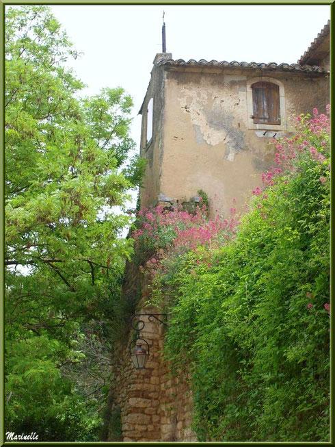 Vieille bâtisse dans le village d'Oppède-le-Vieux, Lubéron (84)