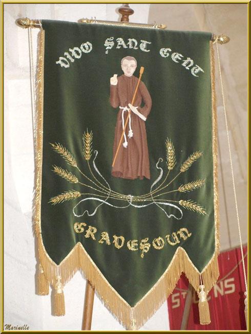 Fanion de procession de la paroisse de Graveson dans l'église de l'Ermitage Saint Gens, village de Le Beaucet, Lubéron (84)