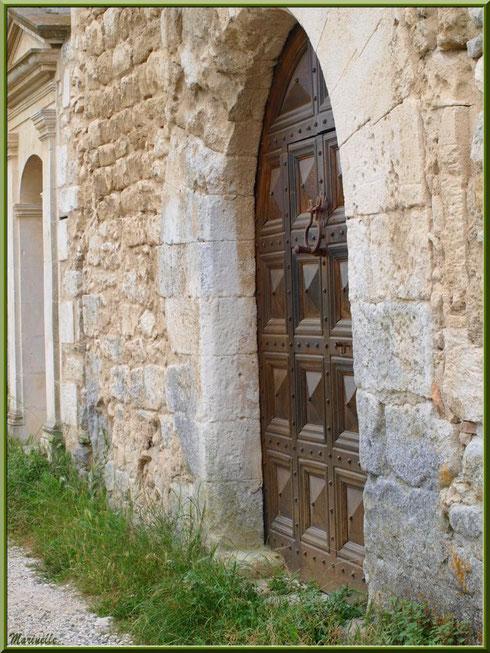 Belle porte au détour d'une ruelle dans le village d'Oppède-le-Vieux, Lubéron (84)
