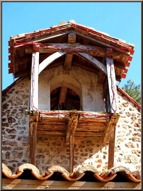 Le clocher-mur de la chapelle Saint-Roch à Saugnacq-et-Muret (40), vu de dessous