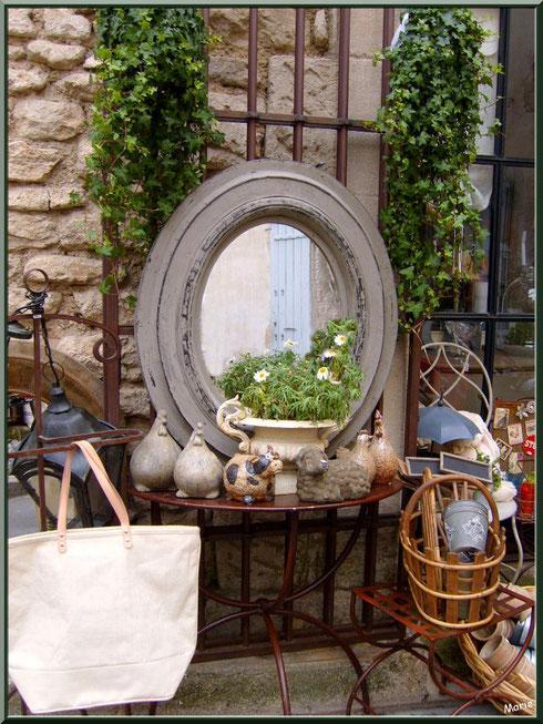 Devanture d'une boutique dans une ruelle à Saint Rémy de Provence, Alpilles (13)