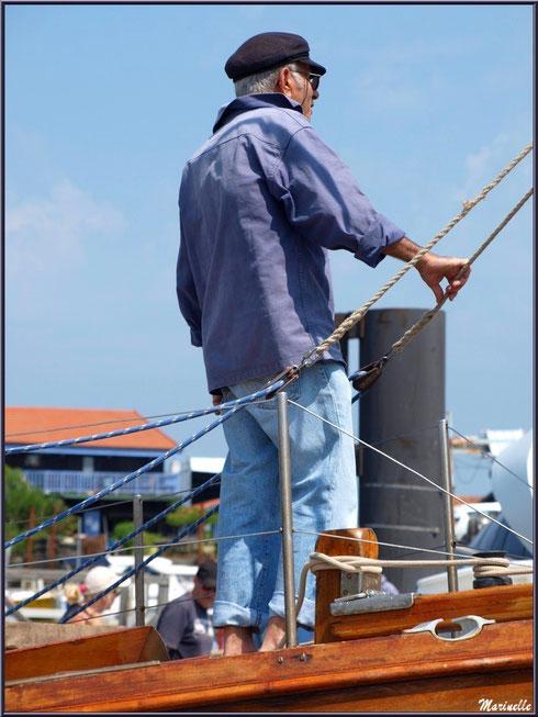 """Le canot sardinier """"Argo II"""" accoste dans le port - Fête du Retour de la Pêche à la Sardine 2014 à Gujan-Mestras, Bassin d'Arcachon (33)"""
