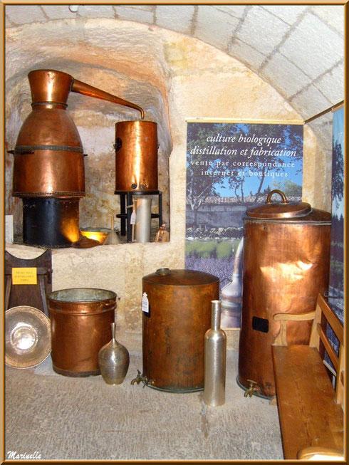 Musée des Arômes et des Parfums, Baux-de-Provence, Apilles (13) : vieil alambic et ustenciles anciens en cuivre pour la préparation ou conservation du parfum, eau de lavande, huiles essentielles...