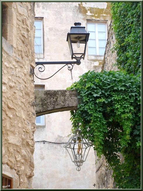 Luminaires au détour d'une ruelle centre ville à Saint Rémy de Provence, Alpilles (13)