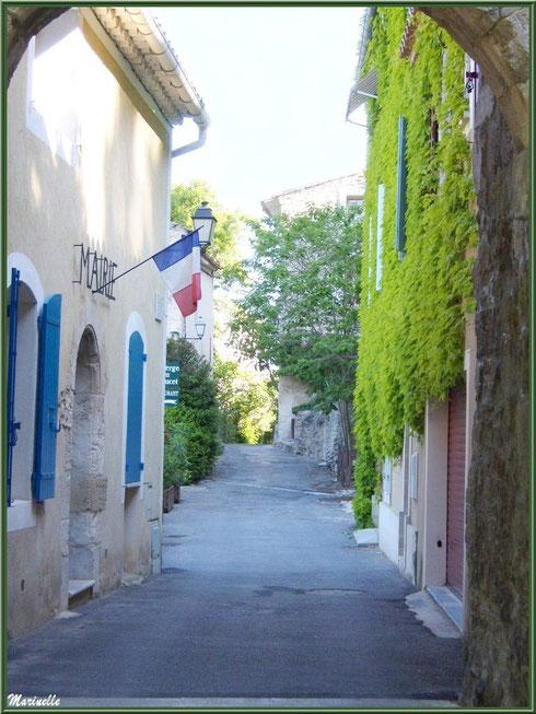 La Mairie dans sa petite ruelle au village de Le Beaucet, Lubéron (84)