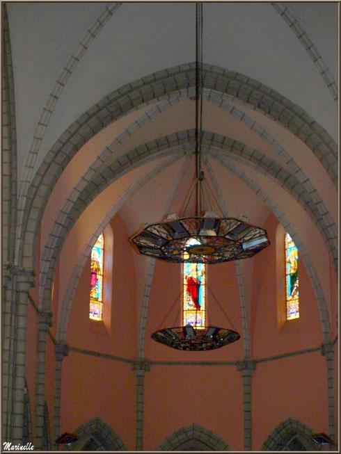 L'église Saint Pierre de Laruns, Vallée d'Ossau (64) : un des lustres et vitraux de la nef