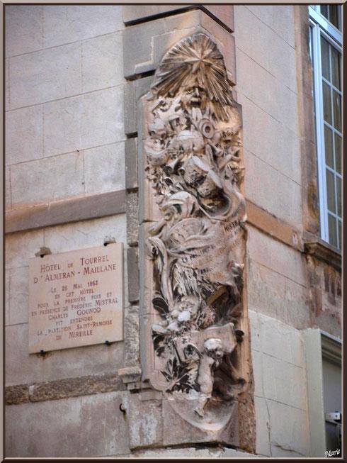 Sculpture en angle d'une bâtisse en centre ville à Saint Rémy de Provence, Alpilles (13)