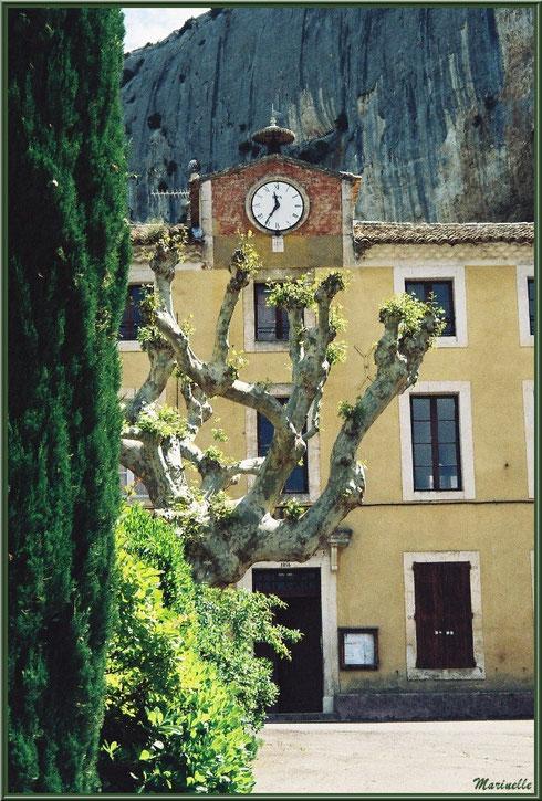 Mairie et école avec en toile de fond la Falaise de la Madeleine, village de Lioux, Lubéron (84)