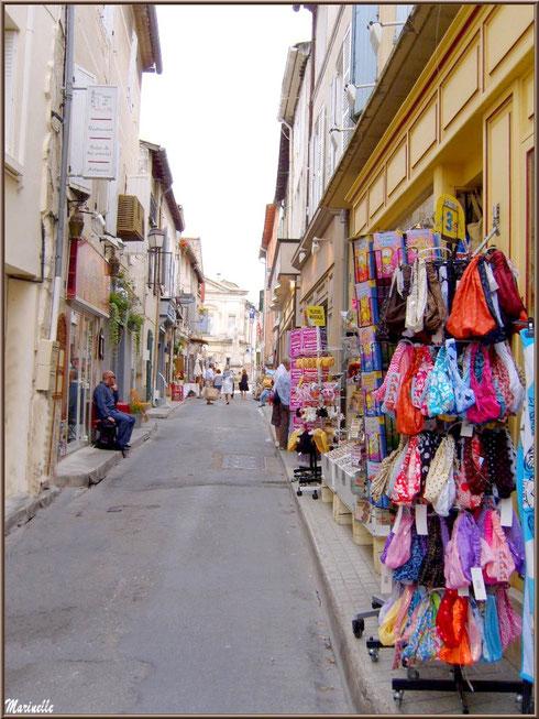 Ruelle et commerces en centre ville à Saint Rémy de Provence, Alpilles (13)