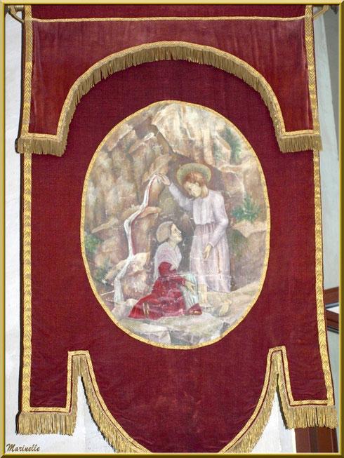 Très ancien fanion de procession, devenu draperie, dans l'église de l'Ermitage Saint Gens, village de Le Beaucet, Lubéron (84)