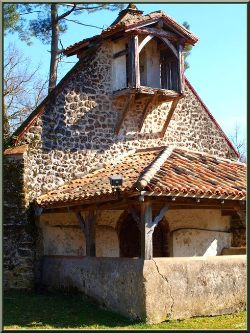 Le clocher-mur et le proche d'entrée de la chapelle Saint-Roch à Saugnacq-et-Muret (40), vus de profil