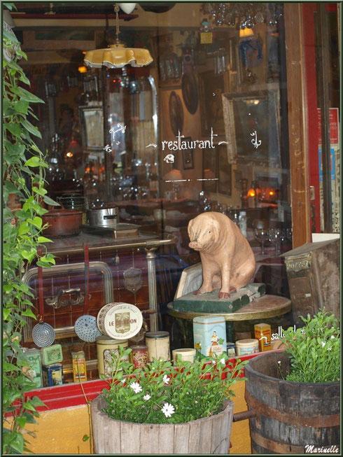 """Vitrine entrée restaurant très chic """"Bistrot de Marie"""" dans une ruelle à Saint Rémy de Provence, Alpilles (13)"""