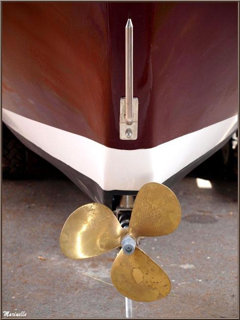 """Hélice de la pinasse """"Ayla"""" prête pour la mise à l'eau, Chantier Naval Debord et Charmet, Port de Meyran à Gujan-Mestras, Bassin d'Arcachon (33)"""