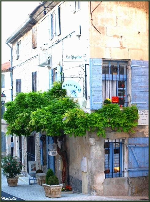 Un des nombreux ateliers d'art dans le centre ville à Saint Rémy de Provence, Alpilles (13)