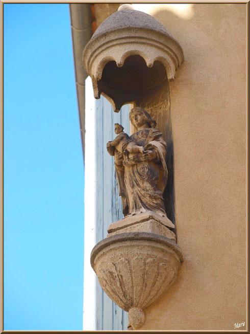 Vierge à l'enfant en angle d'une bâtisse en centre ville à Saint Rémy de Provence, Alpilles (13)