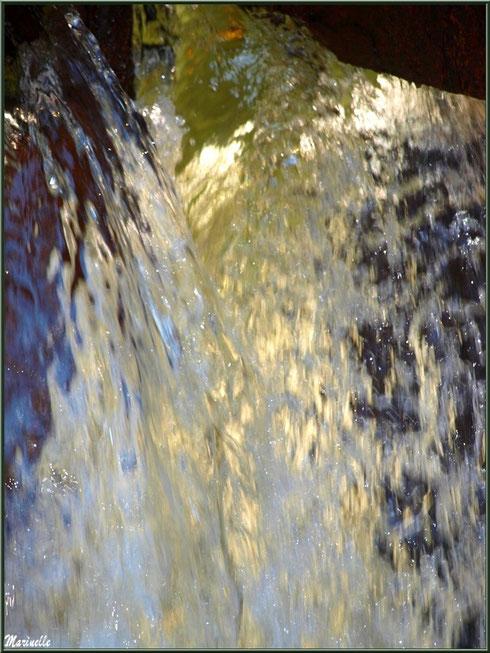 Chute d'eau et ses perles en sortie d'une écluse sur le Canal des Landes au Parc de la Chêneraie à Gujan-Mestras (Bassin d'Arcachon)