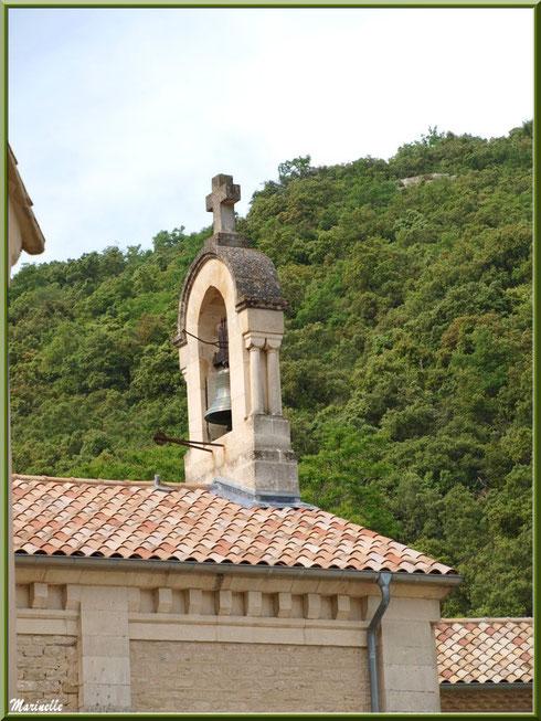 Le clocher de l'église de l'Ermitage Saint Gens, village de Le Beaucet, Lubéron (84)