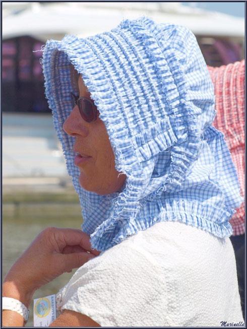 Femme en tenue locale, coiffée de sa benaise, attendant le retour des pêcheurs de sardine - Fête du Retour de la Pêche à la Sardine 2014 à Gujan-Mestras, Bassin d'Arcachon (33)