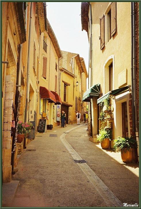 Une ruelle du village de Roussillon, Lubéron (84)