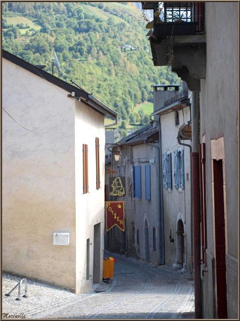 Une ruelle dans le village de Laruns, Vallée d'Ossau (64)
