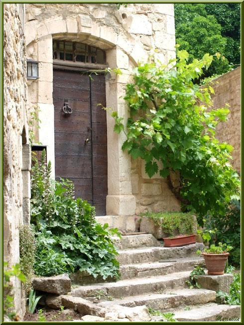 Pas de porte dans le village d'Oppède-le-Vieux, Lubéron (84)