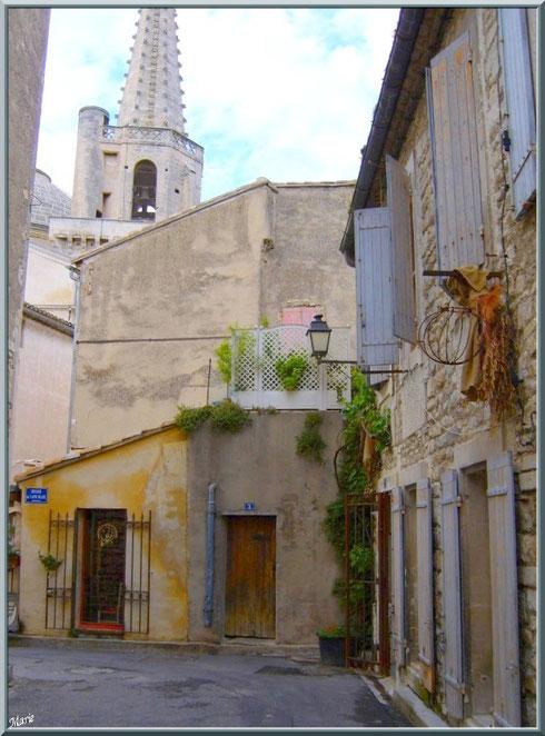 Une ruelle en centre ville avec en fond le clocher de la Collégiale Saint Martin à Saint Rémy de Provence, Alpilles (13)
