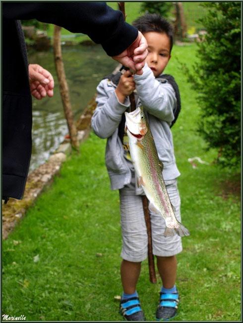 Petit pêcheur mais belle prise de 700 g, au lac de la Pisciculture des Sources à Laruns, Vallée d'Ossau (64)