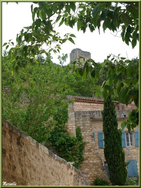 Jolie bâtisse dans ruelle au bas du château dans le village d'Oppède-le-Vieux, Lubéron (84)