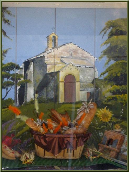 Détail de la vitrine de la boulangerie-pâtisserie au village de Saint Etienne du Grès dans les Alpilles (Bouches du Rhône) : un hymne à la Provence et à la chapelle Saint Gabriel