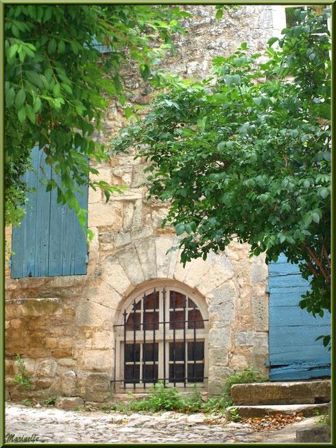Ruelle et bâtisse dans le village d'Oppède-le-Vieux, Lubéron (84)