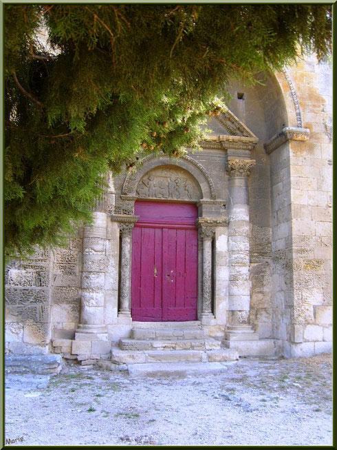 La chapelle Saint Gabriel à Saint Etienne du Grès dans les Alpilles (Bouches du Rhône) : le parvis et la porte d'entrée
