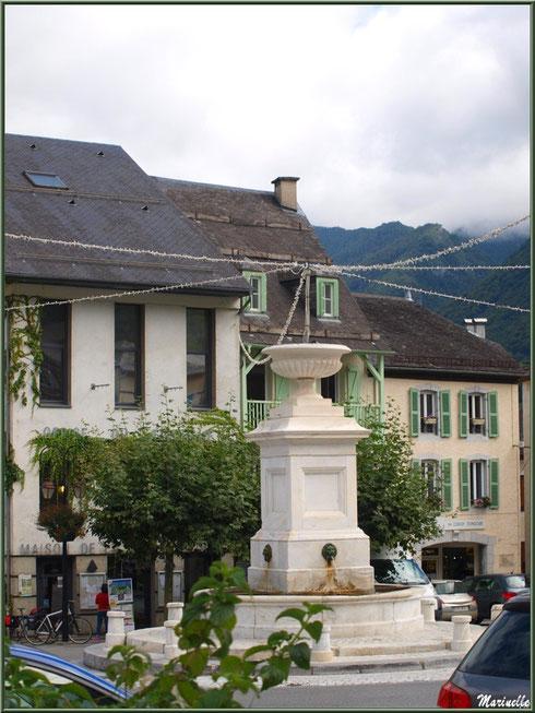 La fontaine au centre du village de Laruns, Vallée d'Ossau (64) : en marbre blanc de Louvie-Soubiron