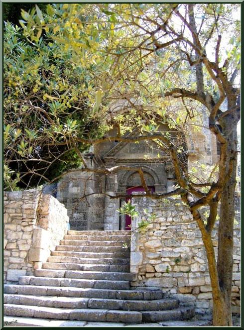 La chapelle Saint Gabriel à Saint Etienne du Grès dans les Alpilles (Bouches du Rhône) : les escaliers menant au parvis