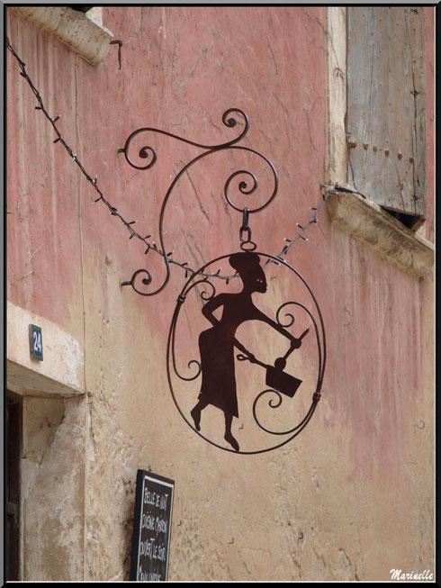Enseigne d'un restaurant, village d'Oppède-le-Vieux, Lubéron (84)