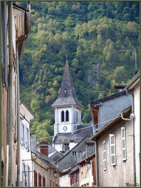 Le clocher de l'église Saint Pierre de Laruns vu d'une ruelle, Vallée d'Ossau (64)