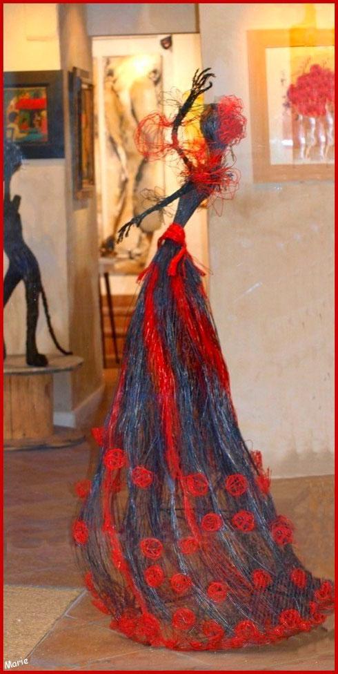 Sculpture Espagnole dans une des nombreuses galeries d'art dans le centre ville à Saint Rémy de Provence, Alpilles (13)