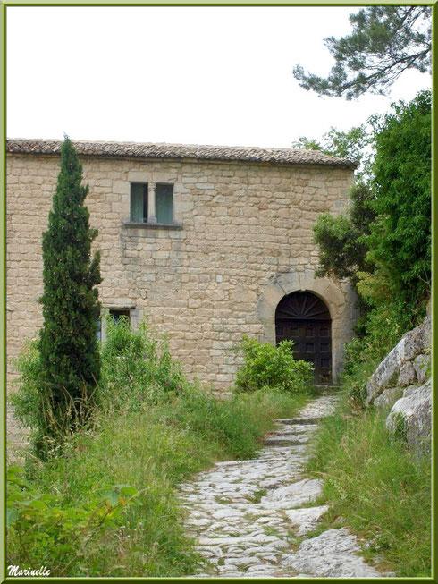 Bâtisse en bout d'une ruelle dans le village d'Oppède-le-Vieux, Lubéron (84)