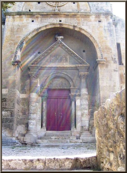 La chapelle Saint Gabriel à Saint Etienne du Grès dans les Alpilles (Bouches du Rhône) : le parvis et la façade dans la lumière divine