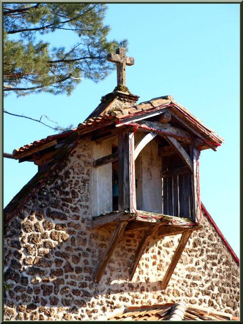 Le clocher-mur de la chapelle Saint-Roch à Saugnacq-et-Muret (40), vu de profil