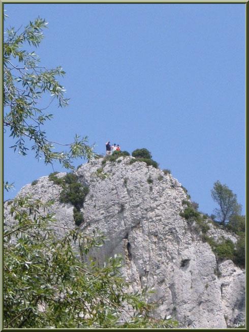 Les Alpilles au-dessus du lac de Peiroou à Saint Rémy de Provence, Alpilles (13) : du monde au sommet !